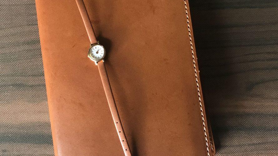 文庫本カバーと革ベルトの腕時計