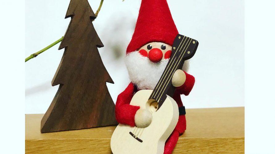 ギターを抱えたサンタクロース